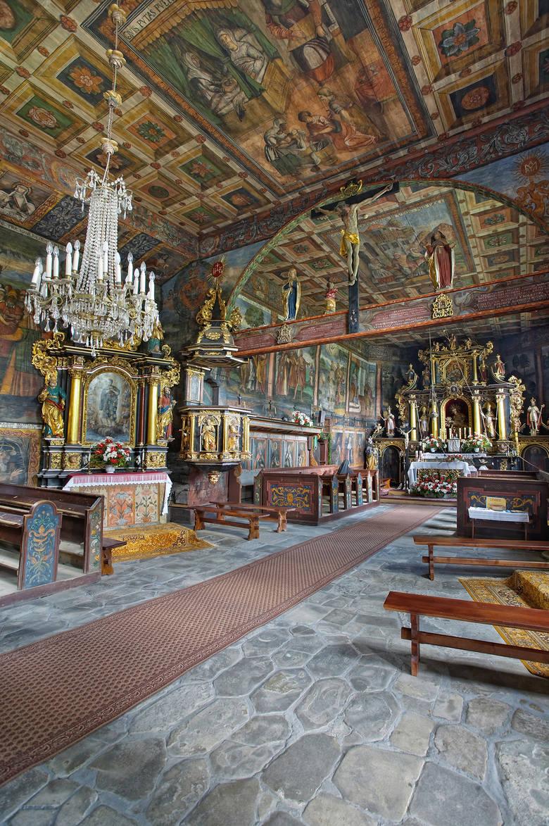 """Z biegiem lat, dzięki hojnym darom, a także datkom """"zebranym przez lud orawski"""", świątynia w Orawce zyskała bogate wyposażenie, piękne późnobarokowe ołtarze, a także cudownej urody malowidła naścienne poświęcone m.in. życiu świętego Jana Chrzciciela"""