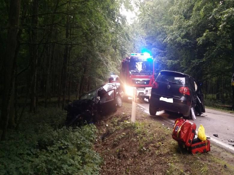 - W wyniku wypadku poszkodowane zostały 3 osoby, którym strażacy udzielili pierwszej pomocy, unieruchamiając złamania i opatrując rany - informuje mł.