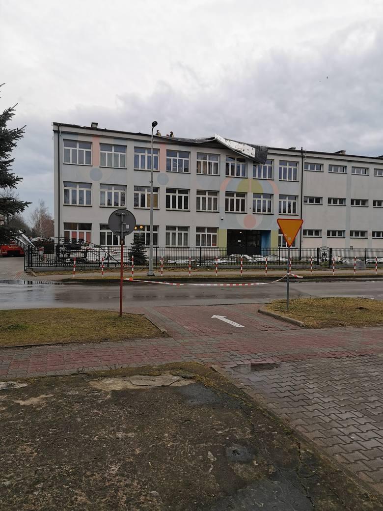 Wichura uszkodziła dach w Zespole Szkół w Nowej Sarzynie. Interweniowali strażacy. Zdjęcia otrzymaliśmy od pana Radosława. Dziękujemy.