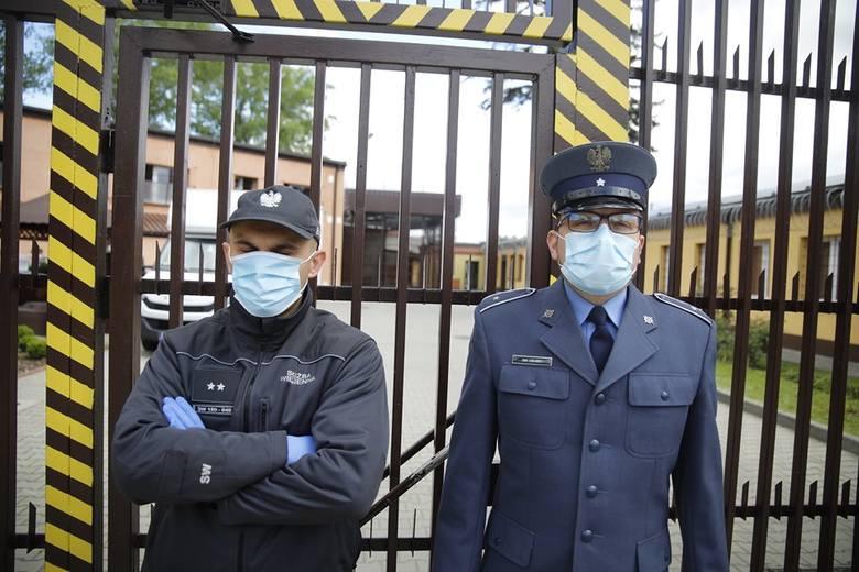 Epidemia zabrała więźniom widzenia, paczki i pracę. W zamian dostali… prysznic [ZDJĘCIA]