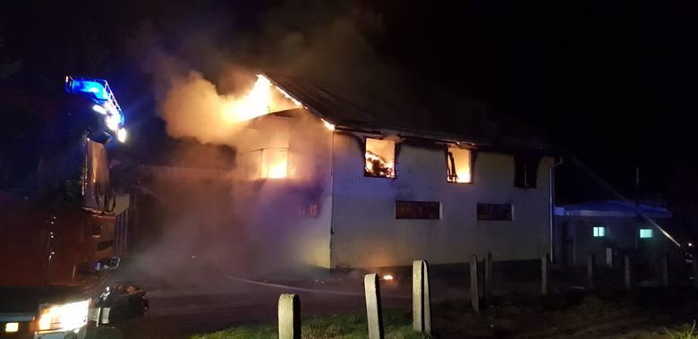 """Aż 7 zastępów straży pożarnej w tym 29 strażaków do późnych godzin nocnych walczyło z ogniem w stadninie koni """"Szczytniki"""" pod Białogardem."""