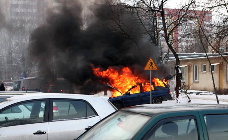 Opel zapalił się podczas wyjeżdżania z parkingu przy ulicy Antoniukowskiej 5a. Było to około 13.15.