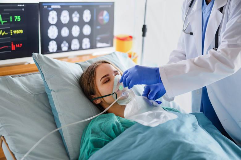 Zakaziłeś się koronawirusem? Sprawdź, co powinno wzbudzić twoją czujność! Poniższe objawy występują zwykle w ciężkim przebiegu COVID-19 i świadczą o