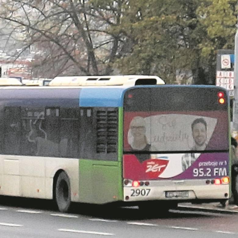 Zaklejone reklamami szyby w autobusach i tramwajach denerwują pasażerów.  - W środku jest jak w skrzynce - mówią.