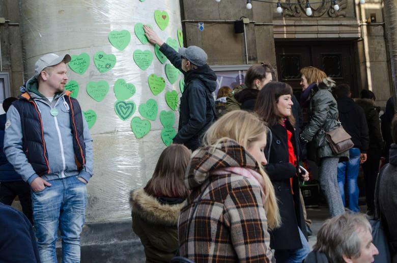W 2009 r. Greenpeace rozpoczął kampanię Stop Greenwash, by pomóc konsumentom w dokonywaniu lepszych wyborów. Grupa twierdzi, że najczęstszą strategią greenwashingową jest reklamowanie przez firmę produktu lub programu prośrodowiskowego, podczas gdy jego podstawowa działalność jest z natury...