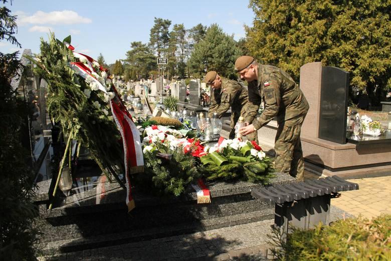 Podpułkownik Łukasz Baranowski wraz z żołnierzami Wojsk Obrony Terytorialnej oddał hołd ofiarom katastrofy smoleńskiej.