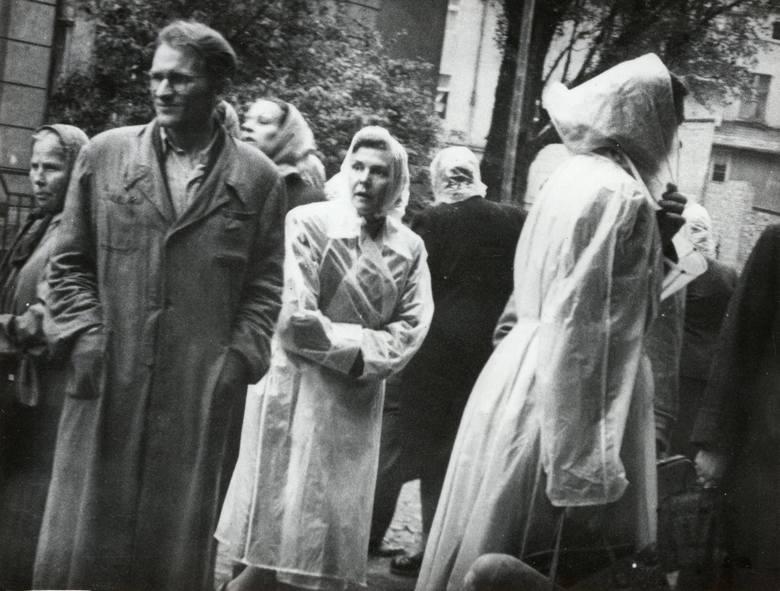 Osoby przed Domem Katolickim