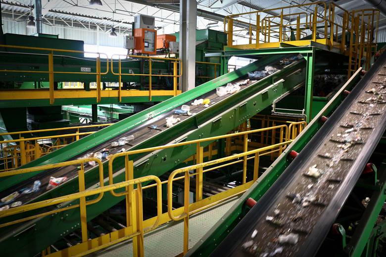 Unia Europejska wymaga, aby poziom recyklingu i przygotowania do ponownego użycia surowców takich jak papier, szkło, tworzywa sztuczne i metal wynosił 50 procent.