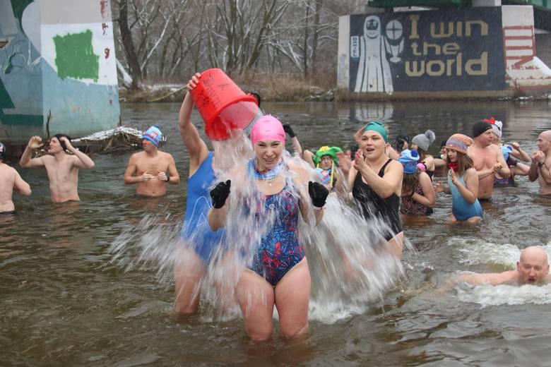 Wareckie Morsy rosną w siłę. W niedzielę 10 stycznia w kąpieli w Pilicy uczestniczyło ponad siedemdziesiąt osób. Zanim grupa weszła do wody, skosztowała
