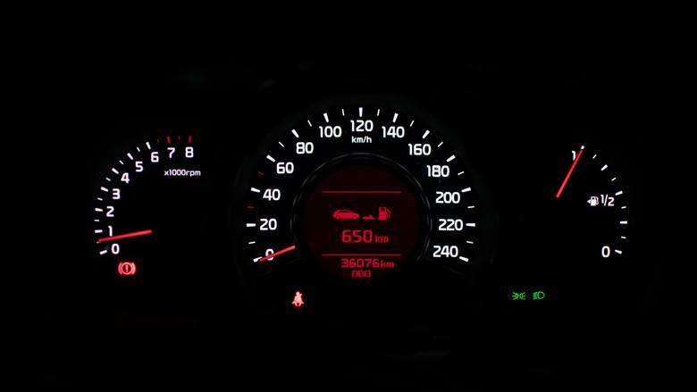 Kontrolki w samochodzie mają funkcje informacyjne oraz ostrzegawcze: dzięki nim nasz samochód prędko poinformuje nas, że coś jest nie tak. Komunikatem