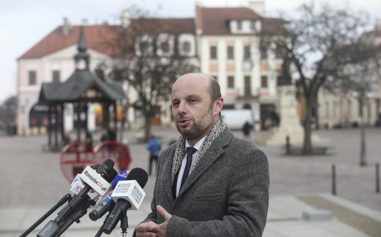 Konrad Fijołek otrzymał wsparcie kandydata partii Razem Agnieszki Itner. Konferencja kandydata koalicji demokratycznej na rynku w Rzeszowie.