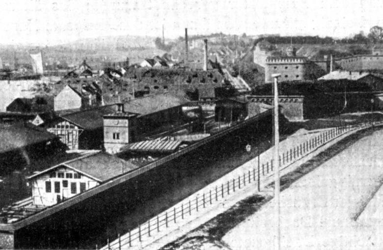 Widok na dworzec i umocnienia.