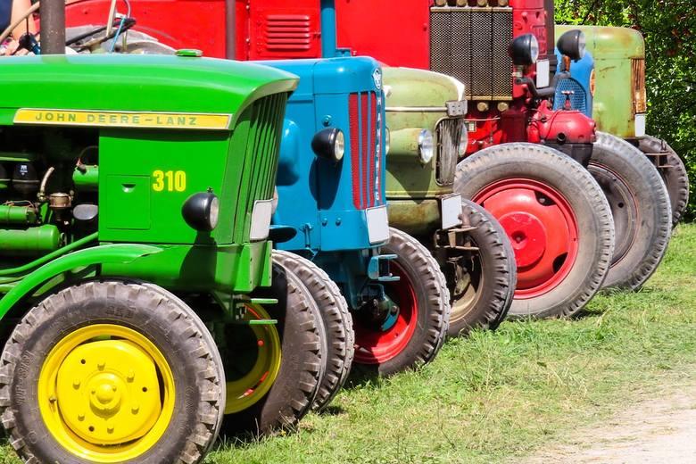 Codziennie odbywają się licytacje komornicze lub skarbowe maszyn rolniczych odebranych właścicielom za długi. Takie pojazdy można wylicytować już za