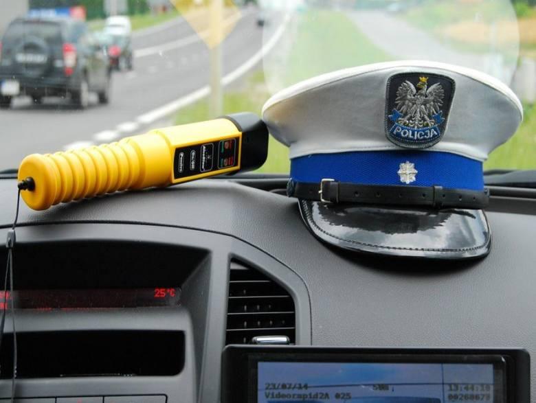 Pijany kierowca uderzył w znak i dachowałPrzed godziną 23 z niedzieli na poniedziałek dyżurny niżańskiej policji otrzymał zgłoszenie o zdarzeniu drogowym