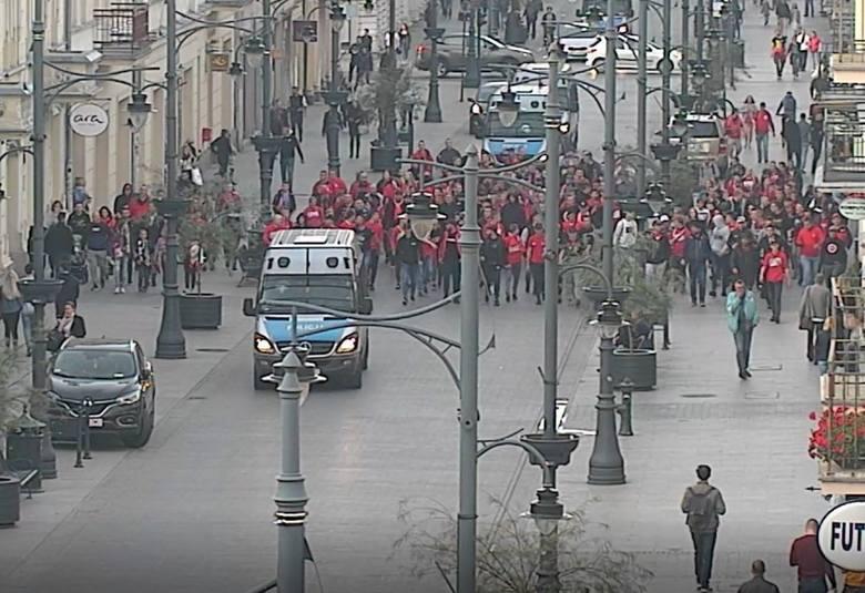 Kamera monitoringu miejskiego nagrała incydent, do którego doszło dwa tygodnie temu na ul. Piotrkowskiej. Na ul. Piotrkowskiej kibole ŁKS rzucali olejem