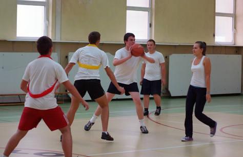 Uczniowie podczas lekcji wychowania fizycznego w IX LO.