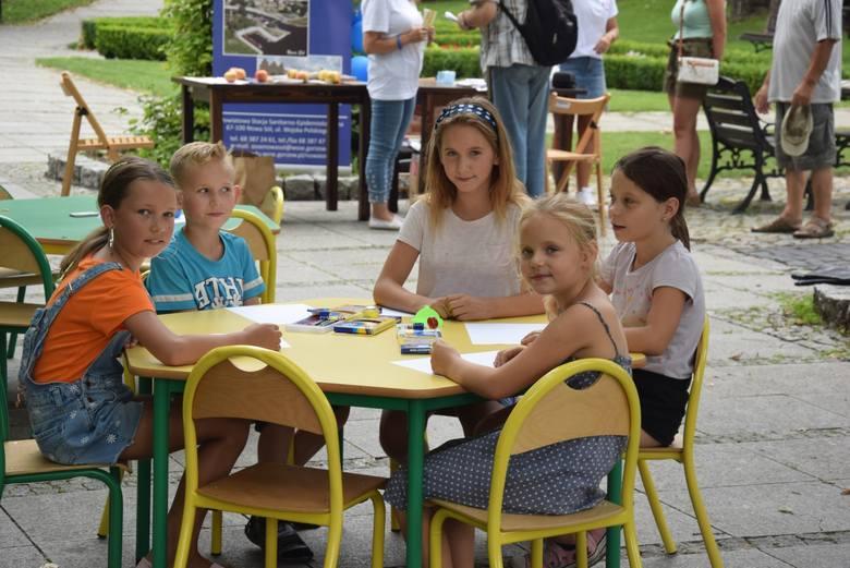 """Urząd miasta, biblioteka miejska oraz Sanepid zorganizowały w czwartek, 29 sierpnia, w mini-festyn """"Nie trać formy przez cały rok"""". Magdalena Karpińska"""