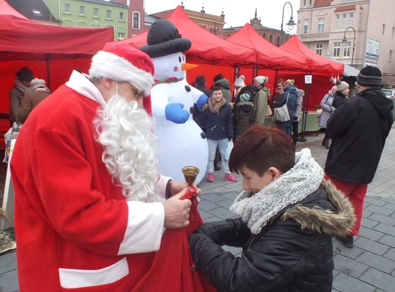 W weekend świąteczny jarmark odbył się w Wąbrzeźnie. Honorowym gościem był Mikołaj, który częstował najmłodszych słodyczami i chętnie pozował do wspólnych