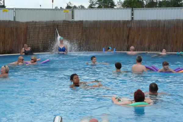Kąpiele w wodzie geotermalnej cieszą się takim<br>powodzeniem, że w weekendy do wejścia ustawiają się kolejki chętnych. Rocznie korzysta z nich 200 tys. osób.