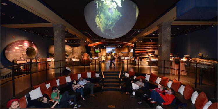 Taką noc w muzeum przynajmniej raz w życiu muszą przeżyć miłośnicy przygód, zagadek i historii natury. Hale ogromnego budynku można zwiedzać z latarkami