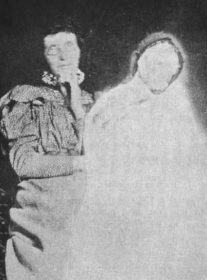 Fotografia z 1911 roku wykonana przez James Coatesa, autora książki Photographing the Invisible, przedstawia domniemaną fotografię ducha z żoną Davida