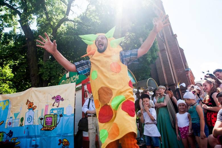 Bajkowa parada przeszła ulicami Bydgoszczy. Ubrani w kolorowe stroje uczestnicy parady zebrali się na placu Wolności, gdzie najpierw obejrzeli spektakl