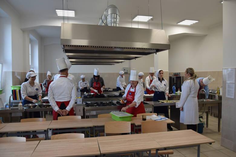 """Podobnie, jak przed rokiem, """"Pomaganie przez gotowanie!"""" odbyło się w gościnnych progach Technikum Gastronomicznego w Gdyni."""