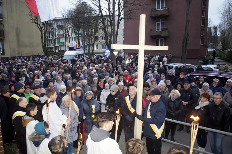 W piątek (12 kwietnia) po mszy świętej, która odbyła się w kościele p.w. NSJ w Słupsku wierni przeszli ulicami Słupska w corocznej Drodze Krzyżowej.