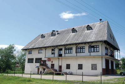 Eternit przetrwał nawet na dachu remizy w Zubrzycy Dolnej Fot. Z archiwum gminy Jabłonka