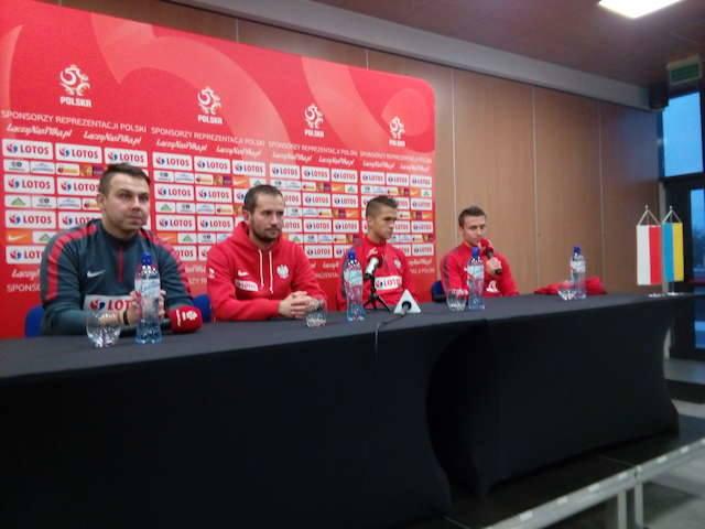 Trener i piłkarze (Sebastian Rudol oraz Przemysław Frankowski) zapraszają kibiców na trybuny stadionu Zawiszy. Fot. Marek Fabiszewski