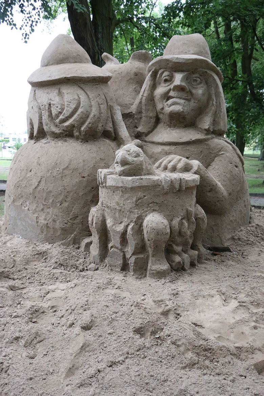 Rzeźby można podziwiać w parku koło gminnego przedszkola w Przytocznej.