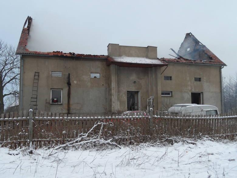 Pożar strawił dach i całe piętro budynku.