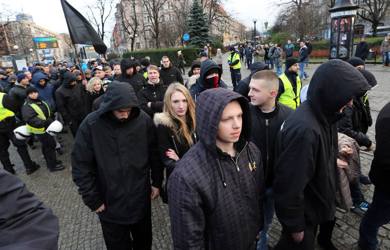 Pokojowa manifestacja obrzucona petardami. Doszło do starć z policją