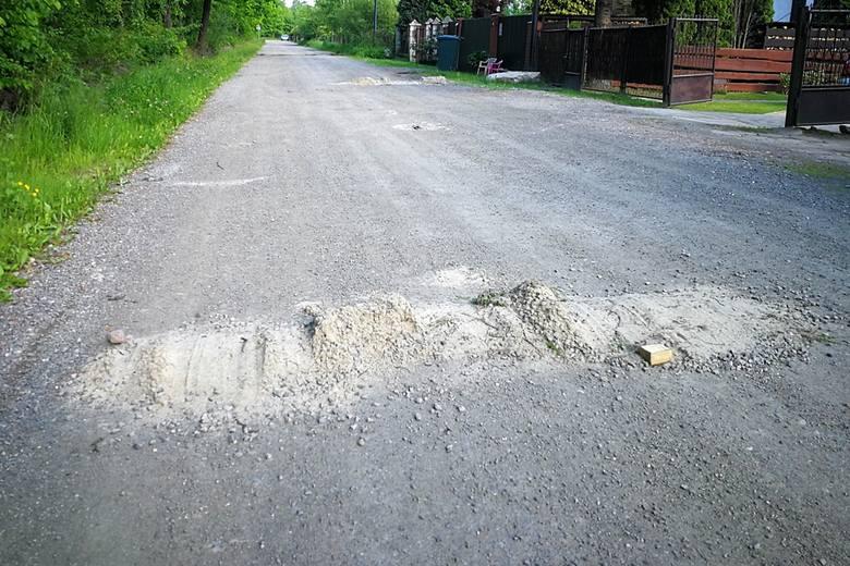 Mieszkańcy jednej z ulic w Skarżysku-Kamiennej mają dość piratów drogowych. Sami usypują progi zwalniające