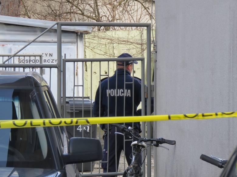 Policja odgrodziła wejście do części pawilonu, w której mieści się ośrodek. Śledczy są na miejscu.Policja pod nadzorem prokuratury ustala okoliczności