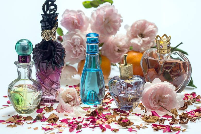 <strong>Perfumy</strong><br /> Dobre perfumy to zawsze trafiony prezent, zarówno dla Niej jak i dla Niego. Pamiętajcie jednak, żeby zbytnio nie eksperymentować z zapachami. Upewnijcie się wcześniej, że perfumy które chcecie kupić, spodobają się Jej lub Jemu.<br />