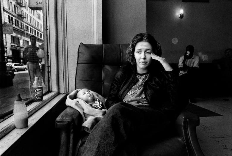 """WORLD PRESS PHOTO 2015. Pierwsze miejsce w kategorii """"Projekty długoterminowe"""" (Long-Term Projects). Oto """"Family Love 1993-2014 - The Julie Project"""". Fotograf przez 21 lat dokumentował życie Julii Baird - kobiety mieszkającej w biednej dzielnicy San Francisco."""