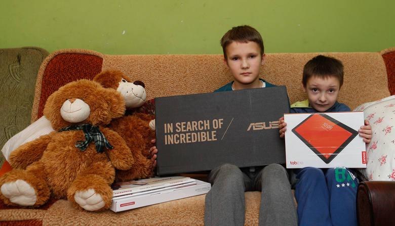 Matka z dziećmi z miejscowości Krzątka otrzyma prezenty na święta. Chłopcy cieszyli się z laptopa i tabletu