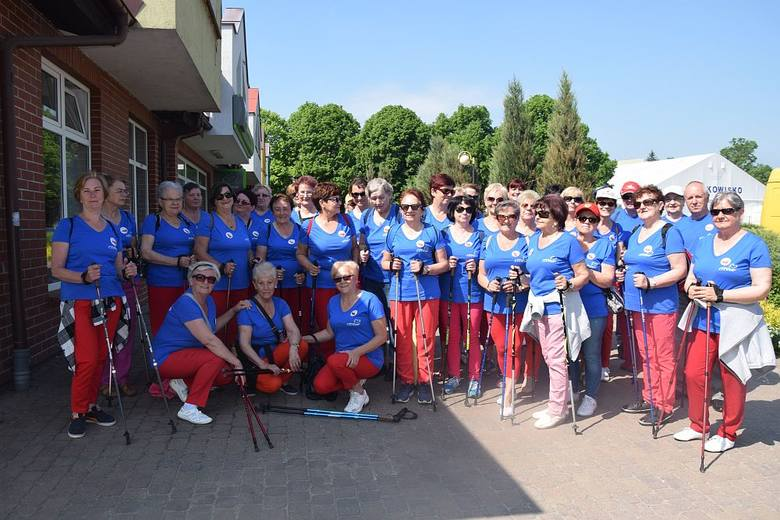 Wyruszyli w sobotę. Szli do Malachinia. Mieli kijki, czerwone spodnie, niebieskie koszulki z logo gminy i napisem - Uniwersytet Trzeciego Wieku. Dołączyli