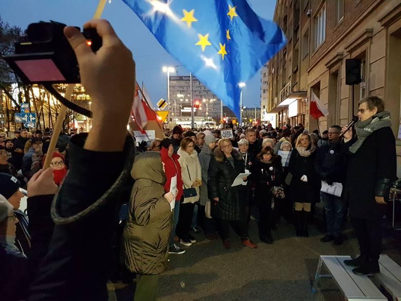 """Szczecin: Protest w obronie sędziów (1.12.2019). """"Tu nie chodzi o naszą wygodę"""" [WIDEO, ZDJĘCIA]"""