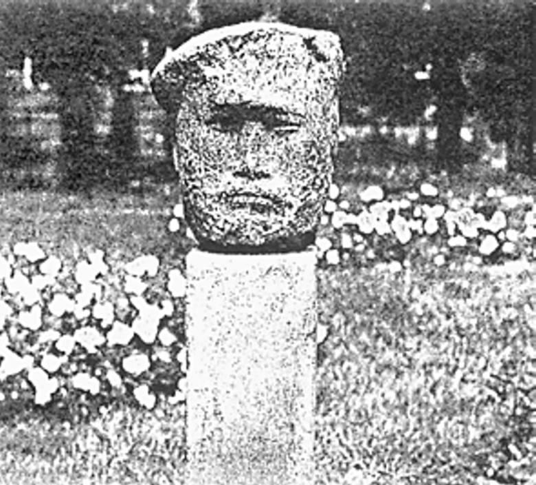 """Rzeźba Stanisława Horno-Popławskiego  """"Partyzant""""  była częścią  plenerowej ekspozycji w bydgoskim botaniku."""