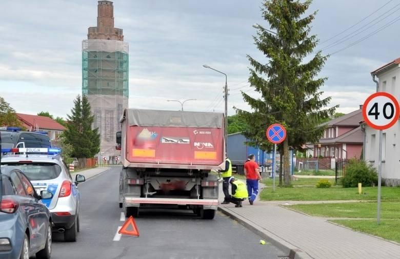 Biała Piska. 65-letni mężczyzna nieoczekiwanie wtargnął na jezdnię i został potrącony przez ciężarówkę (zdjęcia)
