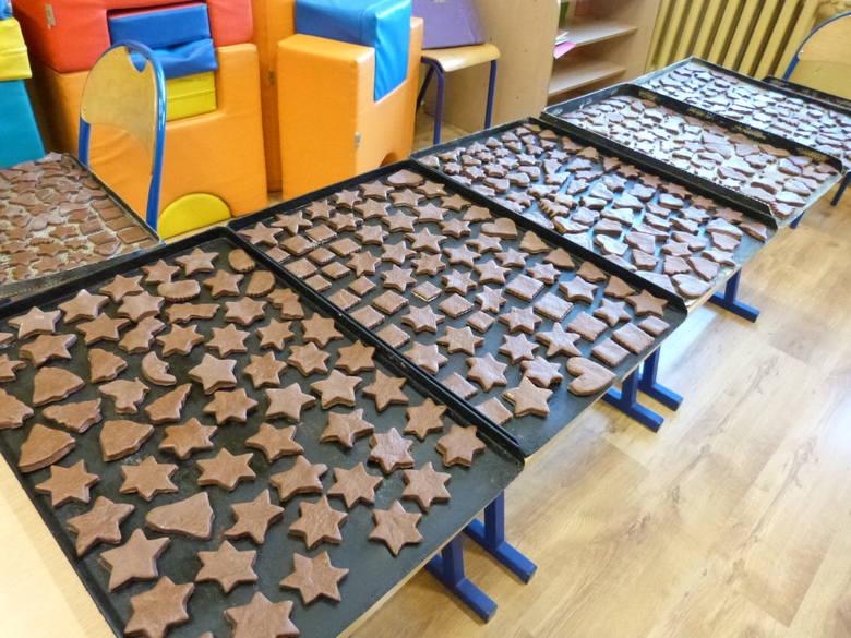 Uczniowie z podstawówki w Dańcu robili pierniki. W niedzielę poznamy efekty ich pracy [zdjęcia]