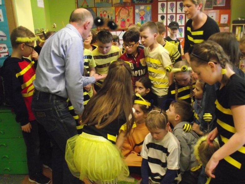 Tadeusz Kozłowski opowiadał uczniom o życiu pszczół i pokazywał podstawowe narzędzia pszczelarskie