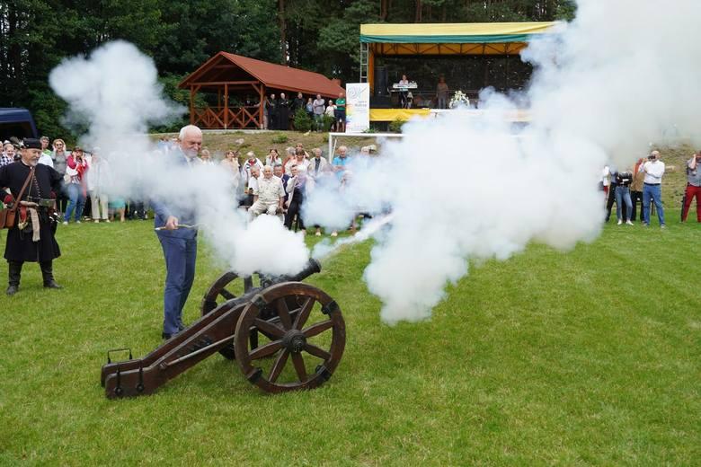 Armatni wystrzał rozpoczął mniej oficjalną część uroczystości. Lont odpalił wójt gminy Juchnowiec Kościelny - Krzysztof Marcinowicz.