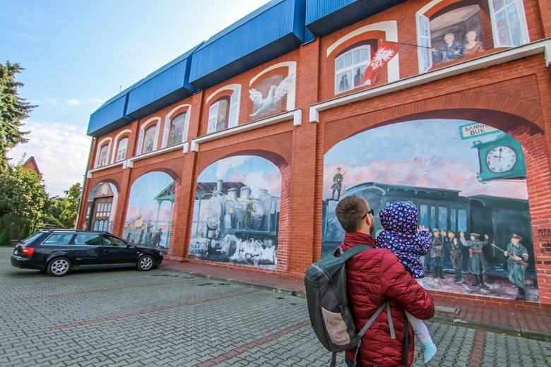 Największe atrakcje polecane przez Addicted2travel: Mural powstańczy, drewniany kościół pw. Św. Krzyża, ratusz, rynekZobacz kolejne ciekawe miejsca w