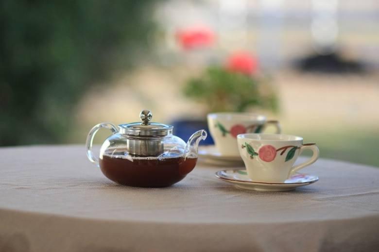 Smakosze herbaty podkreślają, że najlepiej smakuje w porcelanowych filiżankach.