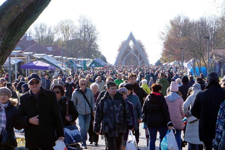 Wszystkich Świętych w Lublinie i woj. lubelskim. Sprawdzamy, co dzieje się w rejonie największych cmentarzy. Zobacz zdjęcia, śledź relację