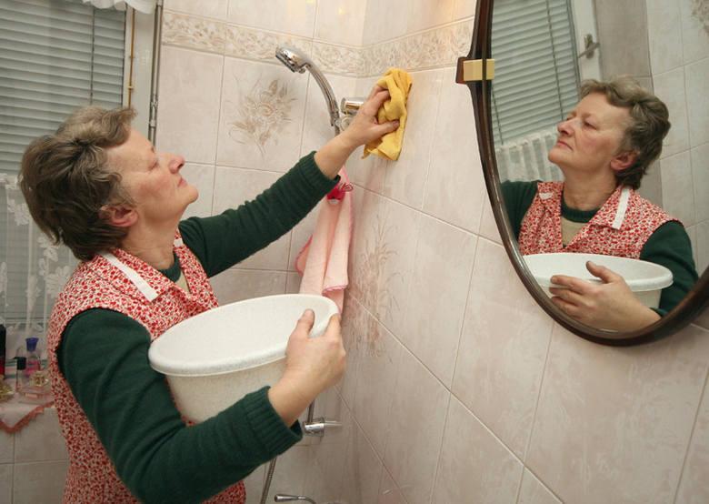 Za posprzątanie przed świętami małego mieszkanka o powierzchni ok. 40 metrów zapłacimy - z myciem okien - co najmniej  100 zł. Najbliższe wolne terminy - za kilka dni.