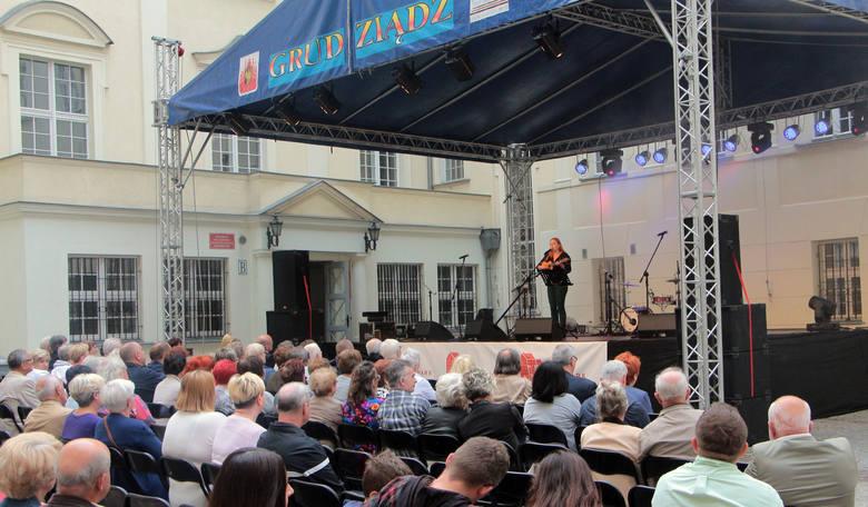 Na dziedzińcu grudziądzkiego ratusza wystąpiła najpierw Zuza Wiśniewska grająca na ukulele bydgoszczanka, a następnie Trio Boffelli Quartet z programem